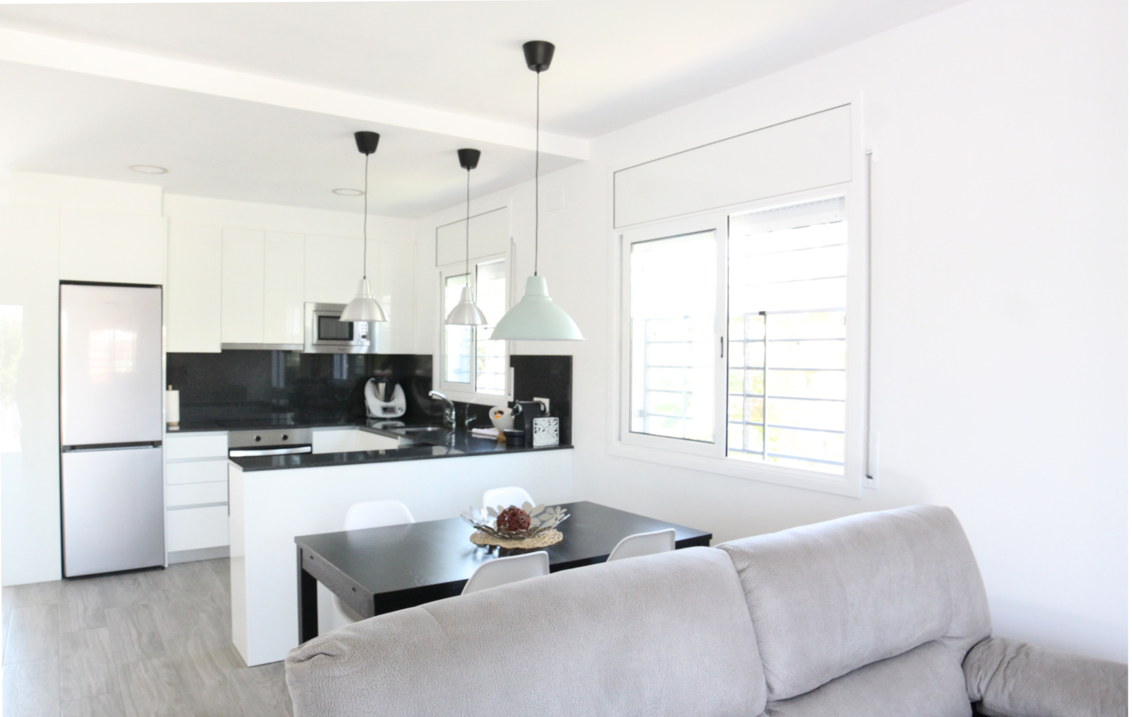 Vivienda unifamiliar en Bellvei del Penedés. Fotografia de la sala de estar-comedor-cocina.